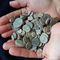 Des pièces retrouvées dans un trésor de pièces de monnaie découvert dans l'habitation d'un voleur d'antiquités présumé de Kfar Kana au mois de janvier 2020 (Crédit : Yaron Bibas/IAA)