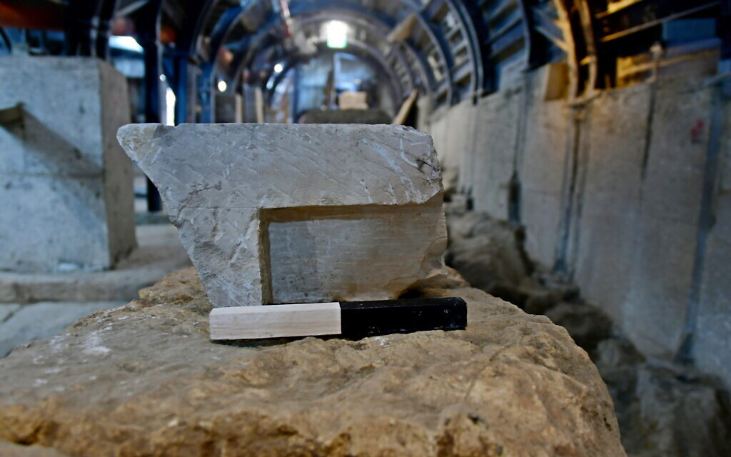 La table de mesure des volumes, vieille de 2 000 ans, représentée ici sur le chemin des pèlerins de la Cité de David. (Kobi Harati, archives de la Cité de David)