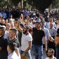 Illustration : Des musulmans palestiniens scandent des slogans contre les forces de sécurité israéliennes (hors champ) sur le mont du Temple dans la Vieille Ville de Jérusalem, le 11 août 2019. (Ahmad Gharabli/AFP)