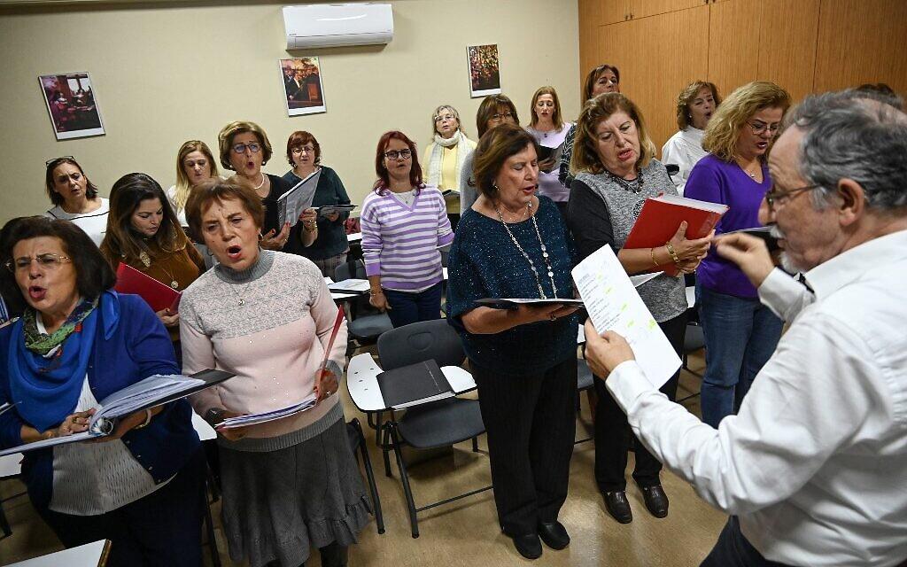 Sur cette photographie du 5 décembre 2019, Izzet Bana (droite), responsable du chorale NES qui chante en judéo-espagnol à Istanbul. (Photo par Ozan KOSE / AFP)