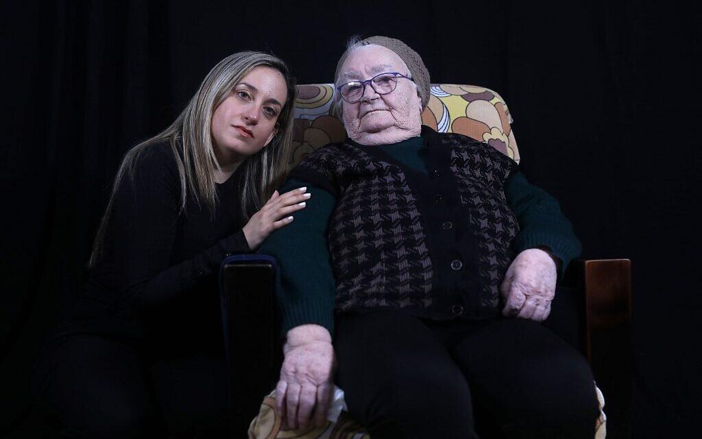 La survivante de la Shoah Helena Hirsch, matricule A 20982, avec sa petite fille Rozi à son domicile de Bnei Brak  le , 2 décembre 2019. (Crédit : MENAHEM KAHANA / AFP)