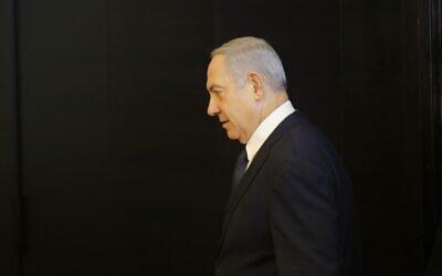 Le Premier ministre Benjamin Netanyahu s'apprête à faire une déclaration concernant son intention de déposer une demande d'immunité à la Knesset, à Jérusalem, le 1er janvier 2020. (Gil Cohen-Magen/AFP)