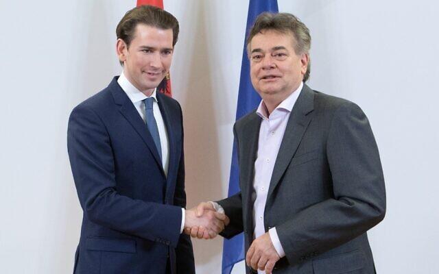 En Autriche, le chef du parti du Peuple (OVP) Sebastian Kurz (gauche) et le chef du parti Vert Werner Kogler (droite) se serrent la main dans une déclaration à la presse à Vienne, le 1 janvier 2020. (Photo par ALEX HALADA / AFP)