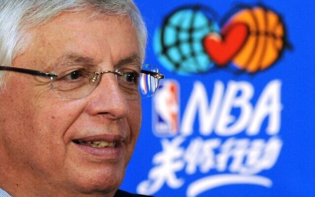 David Stern, commissaire de la NBA, le 11 octobre 2009, lors d'une conférence de presse tenue avant un match d'exhibition de pré-saison NBA entre les Denver Nuggets et les Indiana Pacers à la Wukesong Arena de Pékin. (Crédit : Frédéric J. BROWN / AFP)