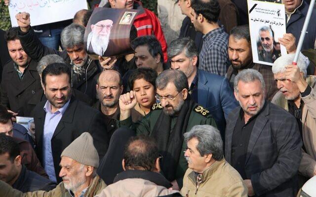 L'ancien chef des Gardiens de la Révolution iranienne Mohsen Rezai participe à une manifestation contre les crimes américains dans la capitale Téhéran le 3 janvier 2020 après l'assassinat de Qassem Soleimani, un haut commandant des Gardiens de la Révolution, dans une frappe américaine sur son convoi à l'aéroport international de Baghdad. (Photo par  ATTA KENARE / AFP)