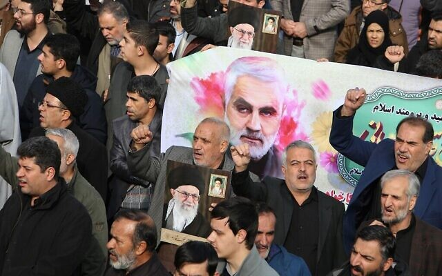Des Iraniens défilent avec une bannière portant la photo du général Qassem Soleimani, chef des forces al-Quads, lors d'une manifestation après la mort de ce dernier organisée à Téhéran, le 3 janvier 2020 (Crédit : Atta Kenare/AFP)