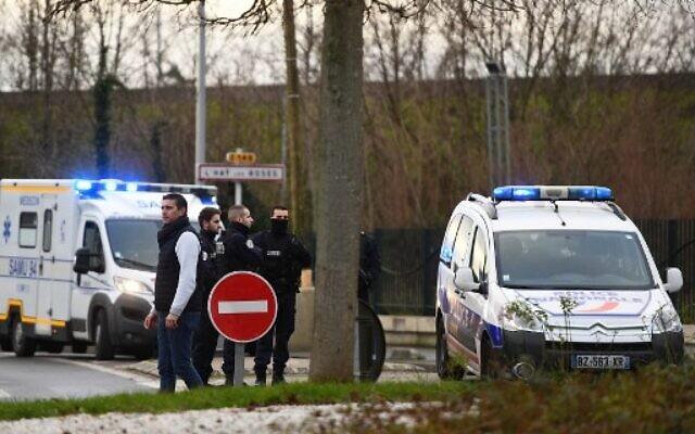 Le 3 janvier 2020, des policiers se trouvent à proximité d'un parc dans la ville de Villejuif, en banlieue parisienne. La police a abattu un homme au couteau qui a tué une personne et en a blessé au moins deux autres. (Crédit : CHRISTOPHE ARCHAMBAULT / AFP)