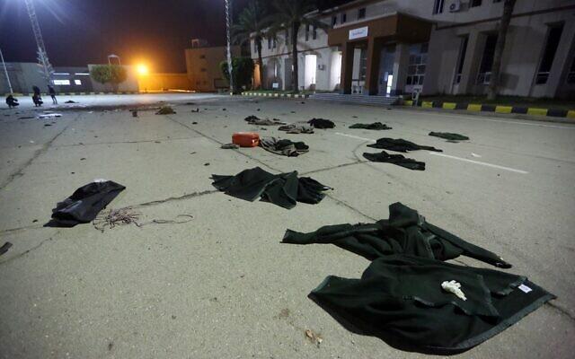 On peut voir les dégâts et les vêtements au sol après une frappe aérienne qui eu lieu plus tôt dans la journée contre une collège militaire dans la région d'Al-Hadaba dans la capitale Tripoli, le 4 janvier 2020. (Photo par Mahmud TURKIA / AFP)