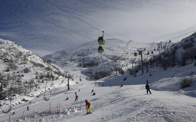 Des gens font du ski à la station du Hermon, sur le plateau du Golan, le 6 janvier 2020. (JALAA MAREY/AFP)