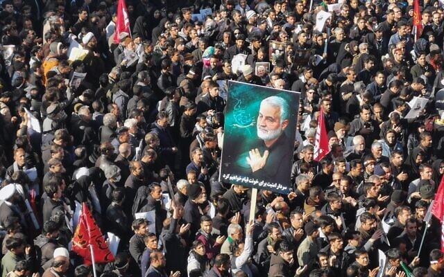 Des Iraniens se rassemblent pour l'enterrement du général Qasem Soleimani tué par les forces américaines, dans sa ville natale de Kerman, le 7 janvier 2020. (Crédit : Atta KENARE / AFP)