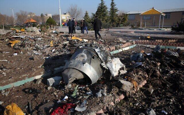 Des équipes de secours travaillent au milieu des débris après qu'un avion ukrainien transportant 176 passagers se soit écrasé près de l'aéroport Imam Khomeini dans la capitale iranienne, Téhéran, tôt le matin du 8 janvier 2020. Le Boeing 737 avait quitté l'aéroport international de Téhéran à destination de Kiev. (Crédit : AFP)