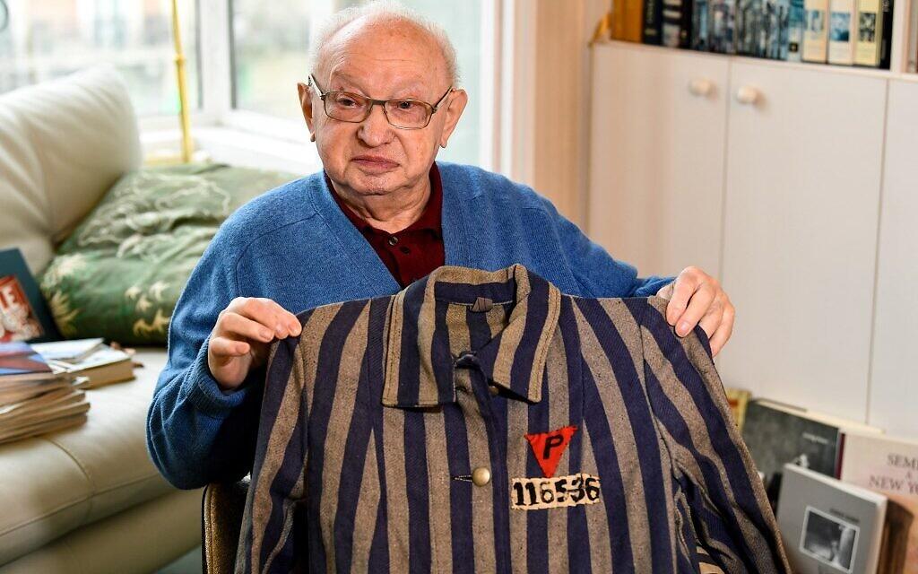 Armand Bulwa, 91 ans, survivant du camp de concentration de Buchenwald pose avec un uniforme de prisonnier politique polonais lors d'une séance photo à Paris, le 8 janvier 2020. (BERTRAND GUAY / AFP)