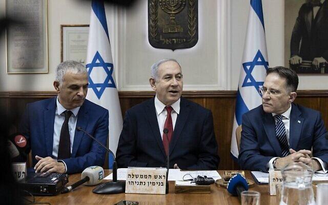 De gauche à droite, le ministre des Finances Moshe Kahlon, le Premier ministre Benjamin Netanyahu et le secrétaire de cabinet Tzahi Braverman lors de la réunion hebdomadaire de cabinet au bureau du Premier ministre de Jérusalem, le 12 janvier 2020 (Crédit : Tsafrir Abayov / POOL / AFP)