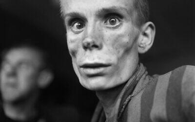 Cette photo prise le 1er mai 1945 montre un juif russe non identifié de 18 ans, prisonnier de camp, souffrant de dysenterie, à la libération du camp de concentration nazi de Dachau, près de Munich. (Crédit : Eric Schwab / AFP)