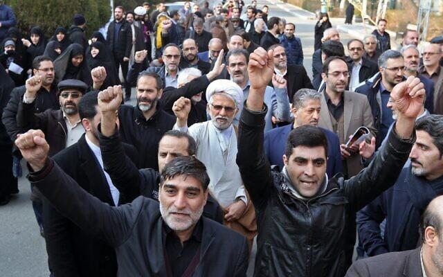 Des membres du Bassidji, une milice volontaires musulmane loyaliste aux institutions de la république islamique, assistent à la commémoration des victimes de l'accident d'avion ukrainien à l'Université de Téhéran le 14 janvier 2020. (Crédit : ATTA KENARE / AFP)