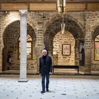 """Andre Azoulay, conseiller du roi marocain, au musée juif """"Bayt Dakira"""" (Maison de la Mémoire), dans la ville côtière marocaine d'Essaouira, le 14 décembre 2019.  (Crédit : FADEL SENNA / AFP)"""
