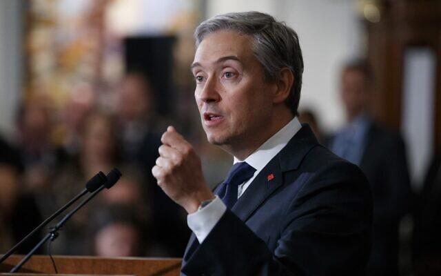 Le ministère canadien des Affaires étrangères, Francois-Philippe Champagne, délivre une conférence de presse après une réunion autour de l'avion ukrainien abattu en Iran, à Londres, le 16 janvier 2020. (Crédit : Tolga AKMEN / AFP)