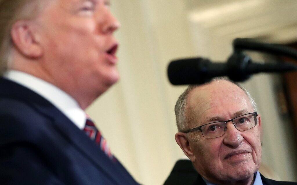 Sur cette photo prise le 11 décembre 2019, le professeur Alan Dershowitz (à droite) écoute le président américain Donald Trump parler lors d'une cérémonie de Hanoukka dans la salle Est de la Maison Blanche. (MARK WILSON / GETTY IMAGES AMÉRIQUE DU NORD / AFP)