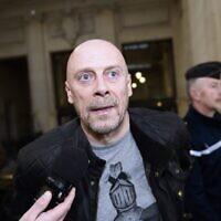 L'essayiste français d'extrême droite Alain Soral s'adresse aux journalistes à son arrivée au palais de justice de Paris, le 12 mars 2015. (Crédit : LOIC VENANCE / AFP)