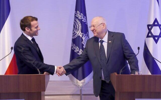 Le président israélien Reuven Rivlin accueille le président français Emmanuel Macron à sa résidence officielle à Jérusalem, le 22 janvier 2020. (Crédit : ATEF SAFADI / EPA / AFP)