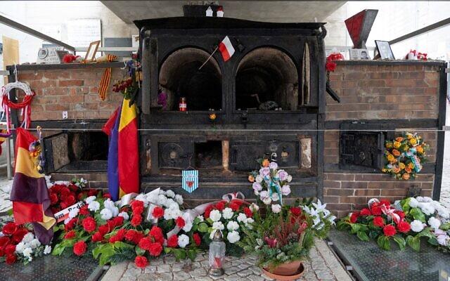 Photo prise le 20 janvier 2020 dans le village autrichien de Langenstein montre des fleurs exposées devant un ancien four crématoire sur le site de l'ancien camp de concentration de Gusen, qui faisait partie du plus grand complexe autour du camp principal de Mauthausen, situé à trois kilomètres. (Crédit : JOE KLAMAR / AFP)