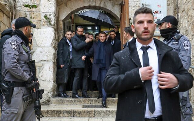 Le président français Emmanuel Macron (C) visite la Vieille Ville de Jérusalem, le 22 janvier 2020. (Crédit : Ludovic Marin / AFP)