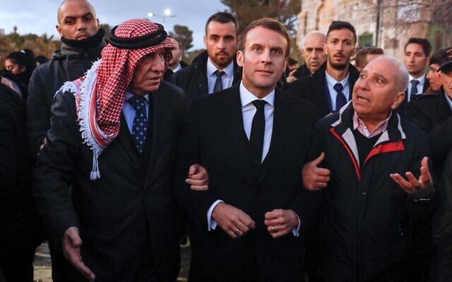 Emmanuel Macron arrive au mont du Temple, le 22 janvier 2020. (Crédit : Ahmad GHARABLI / AFP)