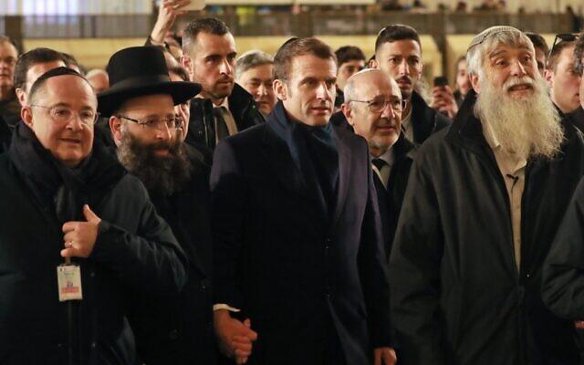Rabbi Shmuel Rabinovitch (g), Mordechai Elias (d) accompagnent Emmanuel Macron durant sa visite au mur Occidental, le 22 janvier 2020. (Crédit : Ludovic MARIN / AFP)