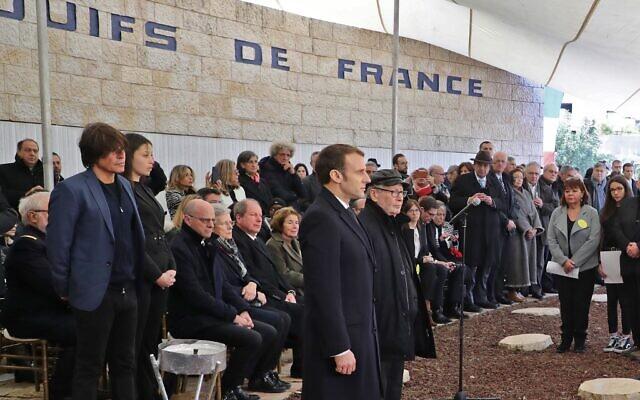 Le président français Emmanuel Macron et les chasseurs de nazis Serge et Beate Klarsfel observent une minute de silence au mémorial de la forêt de Roglit de Jérusalem, le 23 janvier 2020. (Crédit : Ludovic Marin / AFP)
