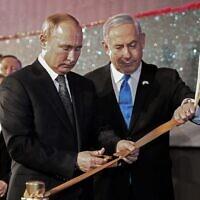 Le Premier ministre Benjamin Netanyahu et le président russe Vladimir Poutine inaugurent le monument de Jérusalem le 23 janvier 2020, en mémoire des habitants de Leningrad pendant le siège de la ville par les nazis pendant la Seconde Guerre mondiale. (Crédit : Alexey NIKOLSKY / SPUTNIK / AFP)