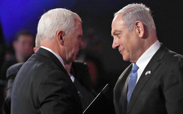 Le vice-président américain Mike Pence salue le Premier ministre israélien Benjamin Netanyahu lors du 5e Forum mondial sur la Shoah à Yad Vashem, à Jérusalem, le 23 janvier 2020. (Crédit : RONEN ZVULUN / POOL / AFP)