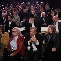 Des participants, y compris des survivants de la Shoah, lors du cinquième Forum mondial de la Shoah, au mémorial de Yad Vashem, à Jérusalem, le 23 janvier 2020. (Crédit : Abir SULTAN / POOL / AFP)