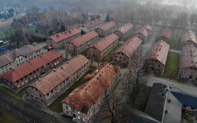 Cette image aérienne prise le 15 décembre 2019 à Oswiecim en Pologne montre les bâtiments d'Auschwitz I, qui faisait partie de l'ancien camp de la mort nazi Auschwitz-Birkenau. (Photo par Pablo GONZALEZ / AFP)