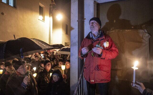 Aldo Rolfi, le fils de l'écrivaine italienne Lidia Beccaria Rolfi (1925-1996), une ancienne membre de la résistance italienne qui a été déportée au camp de concentration de Ravensbrueck en tant que prisonnière politique, parle aux participants d'une manifestation contre l'antisémitisme, le 24 janvier2020 à Mondovi, dans le nord ouest de l'Italie. (Photo par MARCO BERTORELLO / AFP)