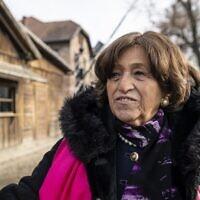 Survivante de la Shoah et ancienne prisonnière du camp de la mort nazi allemand d'Auschwitz, Angela Orosz Richt visite le site commémoratif de l'ancien camp le 26 janvier 2020, la veille des cérémonies pour commémorer le 75e anniversaire de la libération du camp, à Oswiecim, Pologne. (Crédit : Wojtek RADWANSKI / AFP)