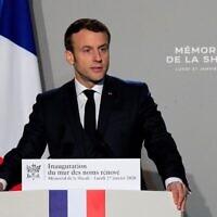 """Le Président français Emmanuel Macron prononce un discours lors de l'inauguration du """"Mur des noms"""" rénové du mémorial de la Shoah à Paris, le 27 janvier 2020, à l'occasion du 75ème anniversaire de la libération du camp de la mort nazi d'Auschwitz-Birkenau. (Crédit : Michel Euler / POOL / AFP)"""