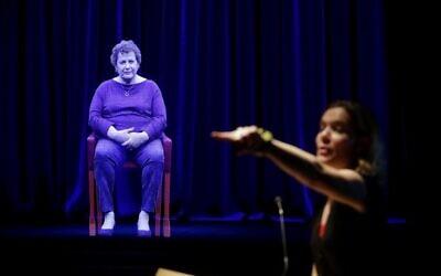 Amanda Friedeman répond à une question d'un étudiant adressée à Adina Sella, survivante de la Shoah, alors qu'elle est représentée sous forme d'hologramme tridimensionnel au Centre Take A Stand du Illinois Holocaust Museum and Education Center, le 26 octobre 2017, à Skokie, Illinois. (Joshua Lott/AFP)