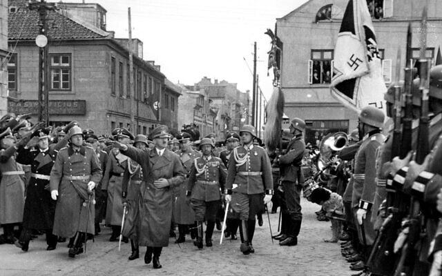 Adolf Hitler dans ce qui est devenu aujourd'hui Klaipeda, en Lituanie, en mars 1939. (Crédit : Berliner Verlag/Archiv/picture alliance via Getty Images, JTA)