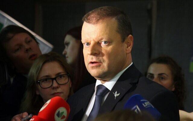 Le Premier ministre Saulius Skvernelis de Lituanie, en 2016. Il dirige la c ommission chargée de rédiger la législation déclarant que ni la Lituanie ni ses dirigeants n'ont participé à la Shoah. (Crédit : Petras Malukas/AFP)