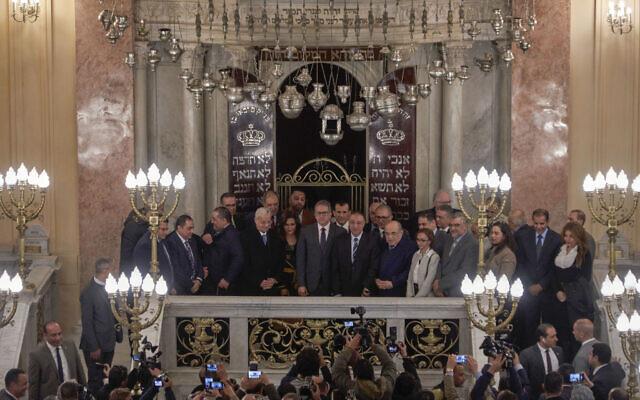 Des fidèles et des responsables assistent à l'ouverture de la synagogue Eliyahu Hanavi à Alexandrie, en Égypte, le vendredi 10 janvier 2020, trois ans après que le gouvernement égyptien a commencé les rénovations de la synagogue construite en 1354. (Crédit : AP / Hamada Elrasam)