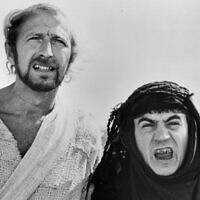 "Graham Chapman et Terry Jones dans une scène du film ""Life Of Brian"", 1979. (Crédit :  Warner Brothers/Getty Images via JTA)"