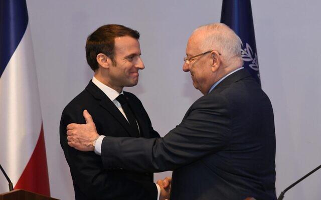 Le président français Emmanuel Macron et son homologue israélien Reuven Rivlin lors de leur conférence de presse commune, à la résidence officielle du président israélien, à Jérusalem, le 22 janvier 2020. (Crédit : Haim Zach / GPO)