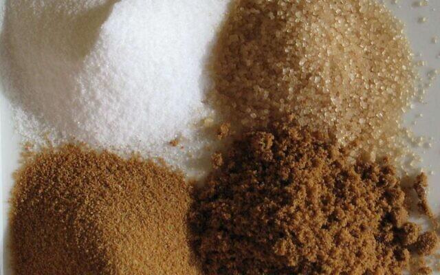 Du sucre blanc, de la cassonade et du sucre complet (Autorisation : Wikipedia)