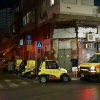 Des ambulanciers paramédicaux sur les lieux d'un accident où les corps de deux jeunes femmes ont été retrouvés à Jérusalem après une chute apparente d'un haut bâtiment, le 20 janvier 2020 (Crédit : Magen David Adom)