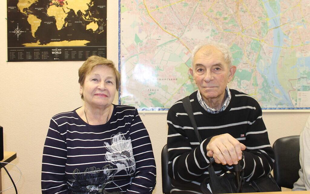Tatiana, à gauche, et Valerii, qui ont fui Donetsk après que les forces ukrainiennes ont commencé à bombarder la ville rebelle au cours de l'été 2014, le 14 janvier 2020 (Crédit : Sam Sokol/Times of Israel)