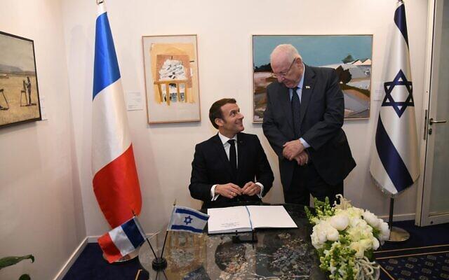 Le président français Emmanuel Macron et son homologue israélien Reuven Rivlin lors de leurs échanges, à la résidence officielle du président israélien, à Jérusalem, le 22 janvier 2020. (Crédit : Haim Zach / GPO)