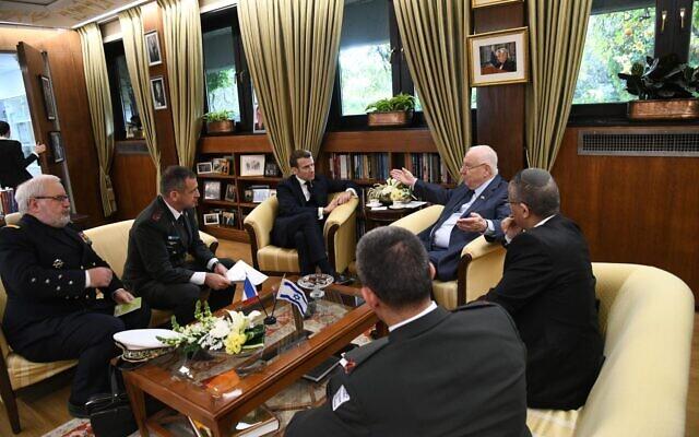 Le président français Emmanuel Macron et son homologue israélien Reuven Rivlin lors de leur réunion de travail, à la résidence officielle du président israélien, à Jérusalem, le 22 janvier 2020. (Crédit : Haim Zach / GPO)
