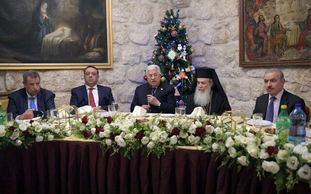 Le président de l'Autorité palestinienne  Mahmoud Abbas s'exprime à un dîner à la veille du noeël orthodoxe à Bethléem, le 6 janvier 2020 (Crédit : Wafa)