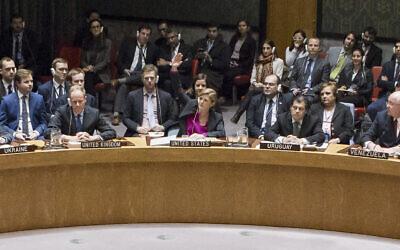 L'ambassadrice américaine Samantha Power signale l'abstention de son pays lors du vote du Conseil de sécurité sur la résolution 2334, le 23 décembre 2016. (UN Photo/Evan Schneider)