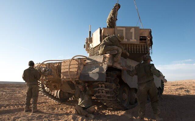Un groupe de soldates participe à un exercice dans le cadre d'une formation au commandement de blindés (Crédit : Armée israélienne)